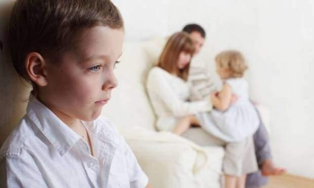 annesi çocuğuna hakaret ediyor azarlıyor sövüyor